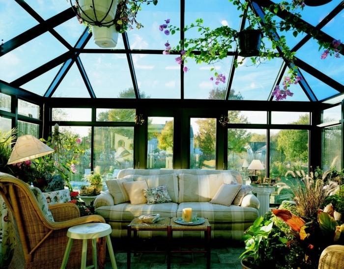 modele-de-veranda-géorgienne-deco-veranda-composée-de-grand-nombre-de-plantes-un-canapé-somptueux-au-milieu