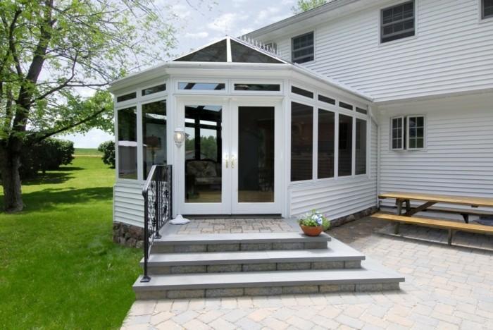 modele-de-veranda-style-victorien-en-bois-décor-en-blanc-qui-crée-une-sensation-zen-élégance-et-simplicité