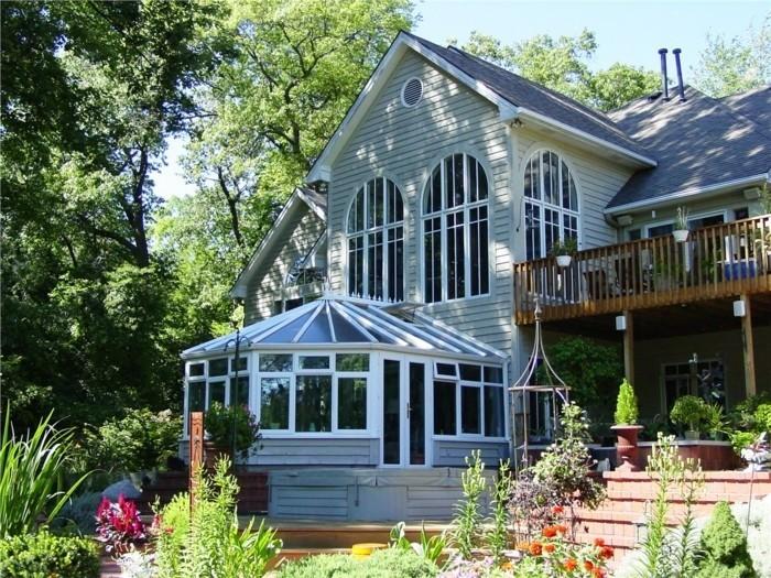 modele-de-veranda-style-victorien-en-harmonie-avec-le-design-et-l-architecture-de-la-maison-adjacente-un-fomidable-paysage-forestier