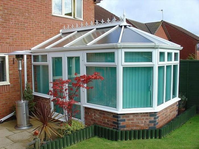 modele-de-veranda-style-victorien-qui-embellit-la-façade-de-cette-maison-rustique
