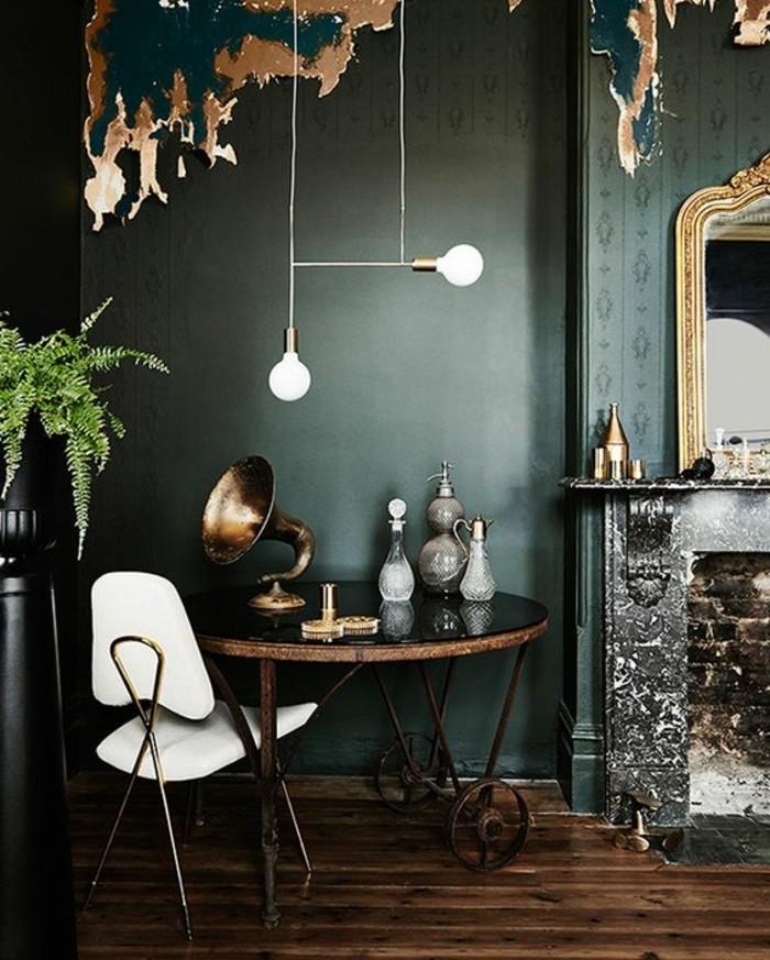 mur-en-vert-foncé-sol-en-parquet-clair-chaise-blanche-lustres-design-pour-créer-un-intérieur-chic