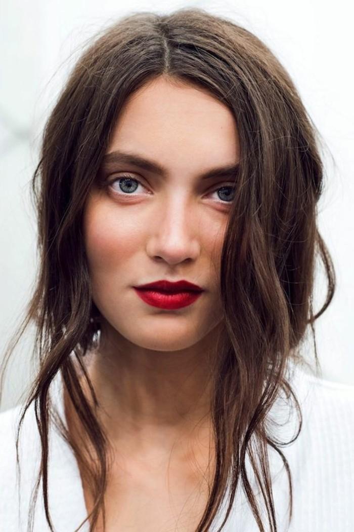 no-make-up-look-maquillage-bleu-yeux-marrons-levres-en-rouge-foncé-cheveux-marrons