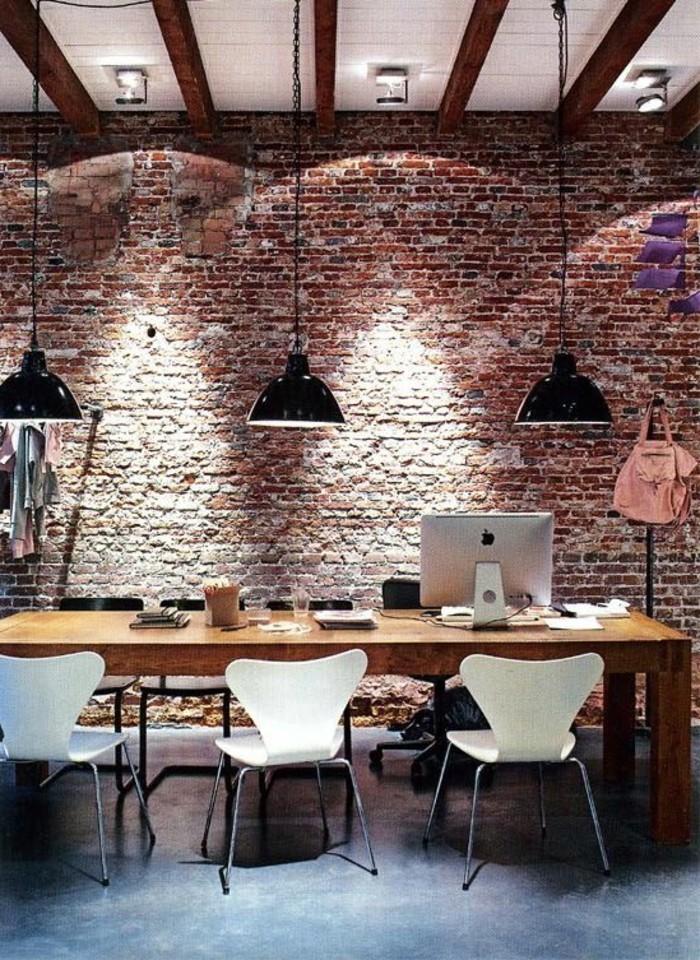 office-space-avec-lampes-desihn-en-noir-chaises-blanches-mur-en-briques-rouges
