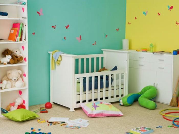 peinture-chambre-bébé-bleu-et-jaune-mur-décorée-de-petites-papillons-meubles-blancs