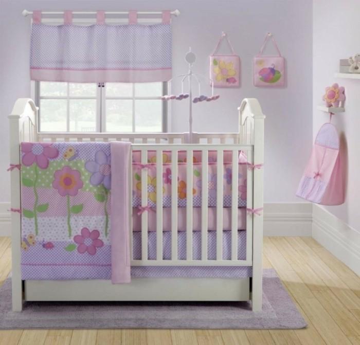 peinture-chambre-bébé-en-rose-et-violet-deco-chambre-beb-fille-lit-bébé-blanc-mobile-musiical-jolie-déco