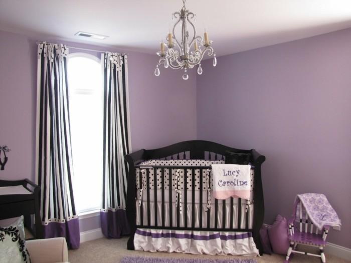 peinture-chambre-bébé-violette-lit-à-barreaux-en-bois-rideau-léger-en-blan-et-noir