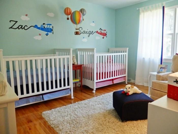peinture-chambre-bebe-bleue-idee-deco-chambre-jumeaux-garcons-deux-lits-à-barreaux-déco-murale-personnalisée-et-très-intéressante