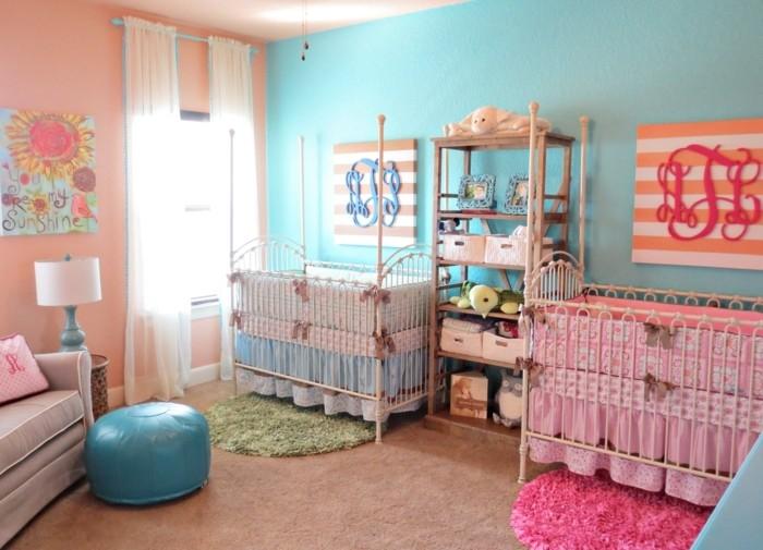 peinture-chambre-bebe-en-rose-et-bleu-pour-des-jumeaux-fille-et-garcon-deux-lits-à-barreaux-étagère-tapis-rose-et-tapis-vert-beaux-éléments-décoratifs