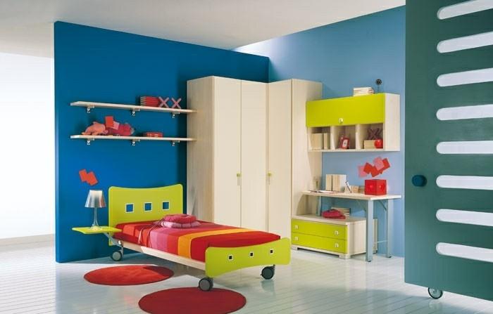 peinture-chambre-enfant-en-bleu-et-blanc-lit-à-roulettes-bureau-armoire-blanc