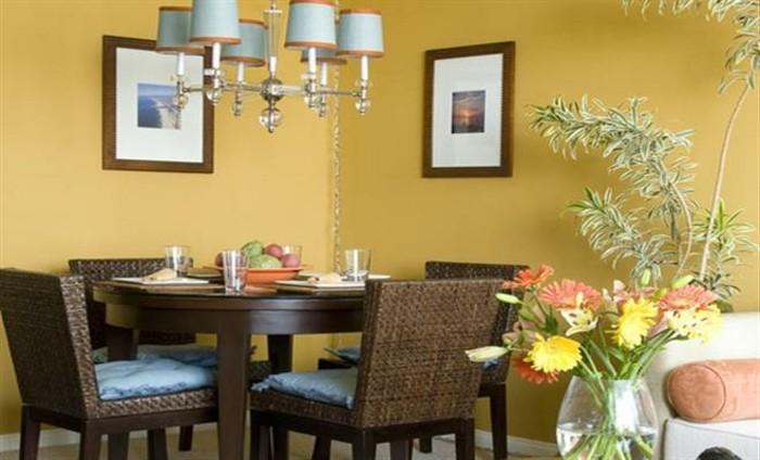 peinture-salle-à-manger-jaune-pastel-table-en-bois-chaises-en-rotin-ambiance-joyeuse-accueillante