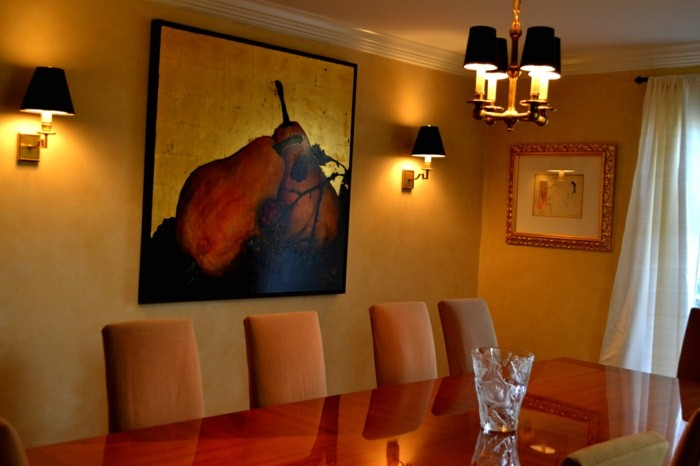 peinture-salle-à-manger-jaune-table-en-bois-chaises-tapisserie-marron-lumière-tamisée-formidable-tableau-moderne