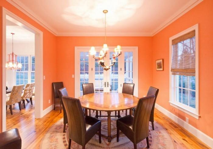 peinture-salle-à-manger-orange-tabe-et-chaises-en-bois