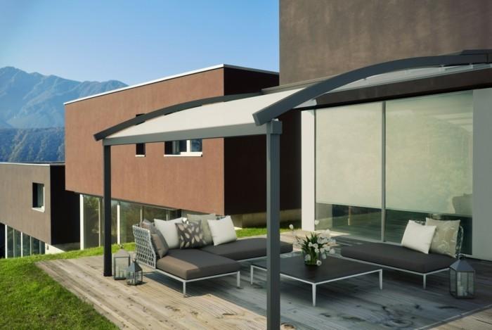 pergola-moderne-à-structure-métallique-toiture-arrondie-véranda-adossée-qui-abrite-un-espace-de-ropos