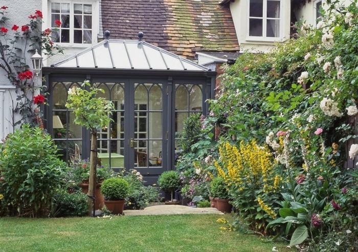 petite-veranda-moderne-aménagée-en-coin-de-travail-au-milieu-de-la-nature-baies-style-gothique