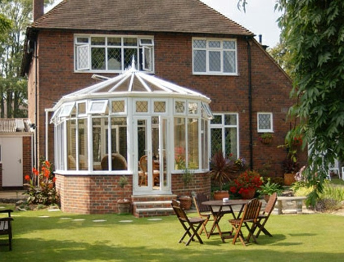 petite-veranda-style-victorien-très-coquette-modele-de-veranda-aménagée-en-petit-salon