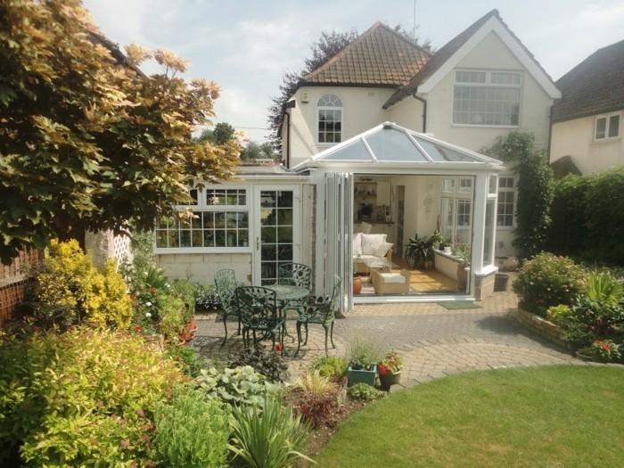 petite-veranda-style-victorien-avec-une-vue-sur-le-jardin-style-très-élégant