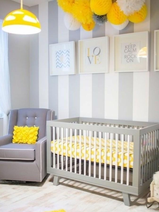 printure-chambre-bébé-à-rayures-blancs-et-gris-joli-décor-en-blanc-et-gris-et-jaune-qui-confère-une-touche-joyeux-à-l-ambiance