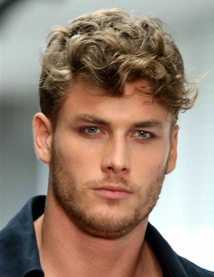quelle-coiffure-pour-cheveux-frises-homme-blonds-tendances-chez-les-coiffures-homme