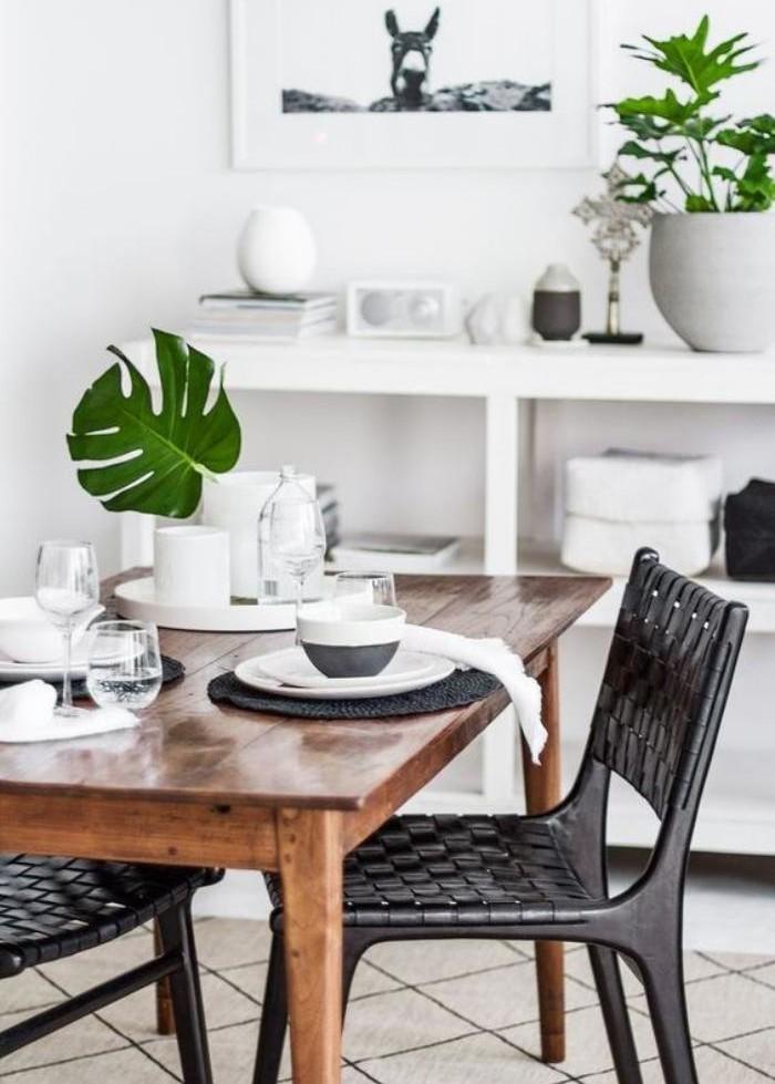 salle-à-manger-scandinave-chaises-noires-tressées-plantes-vertes