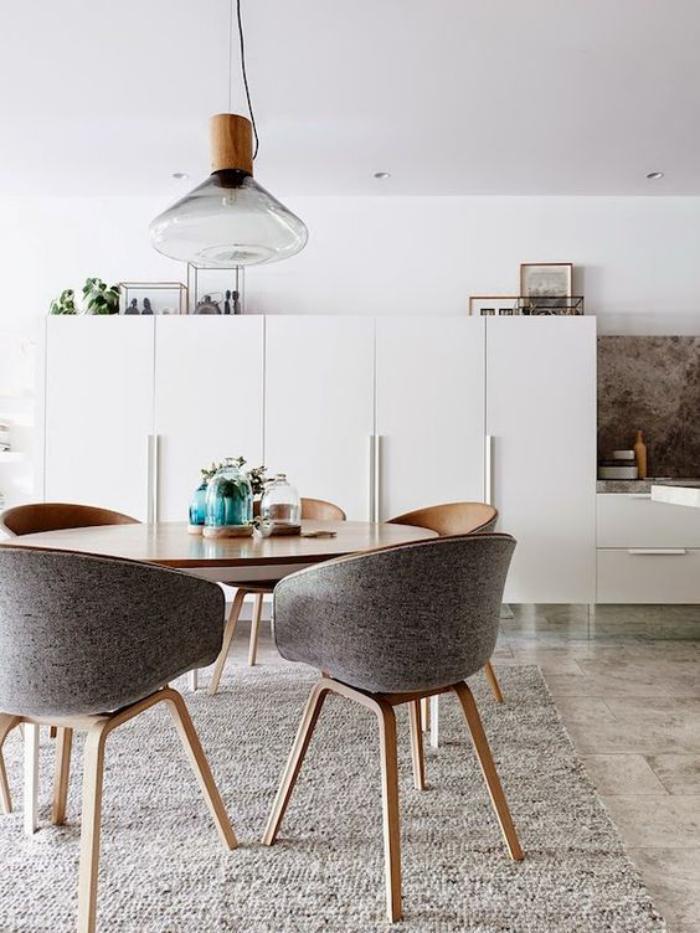 salle-à-manger-scandinave-chaises-bois-et-tissu-grand-buffet-blanc