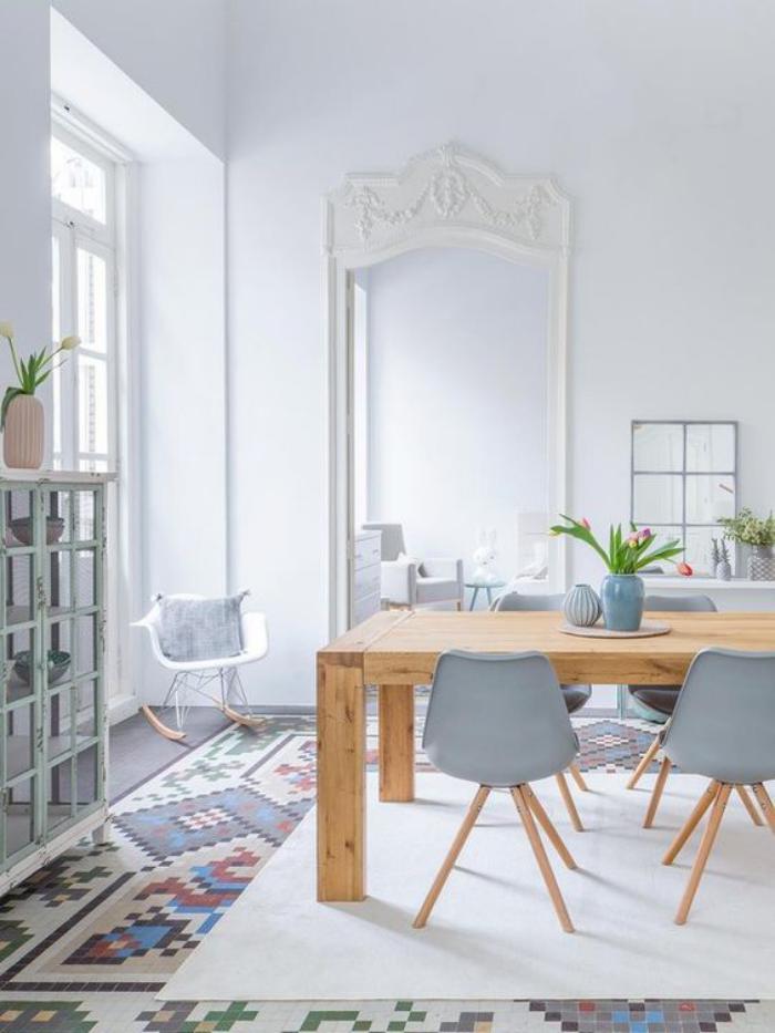 salle-à-manger-scandinave-chaises-grises-et-table-bois-scandinave