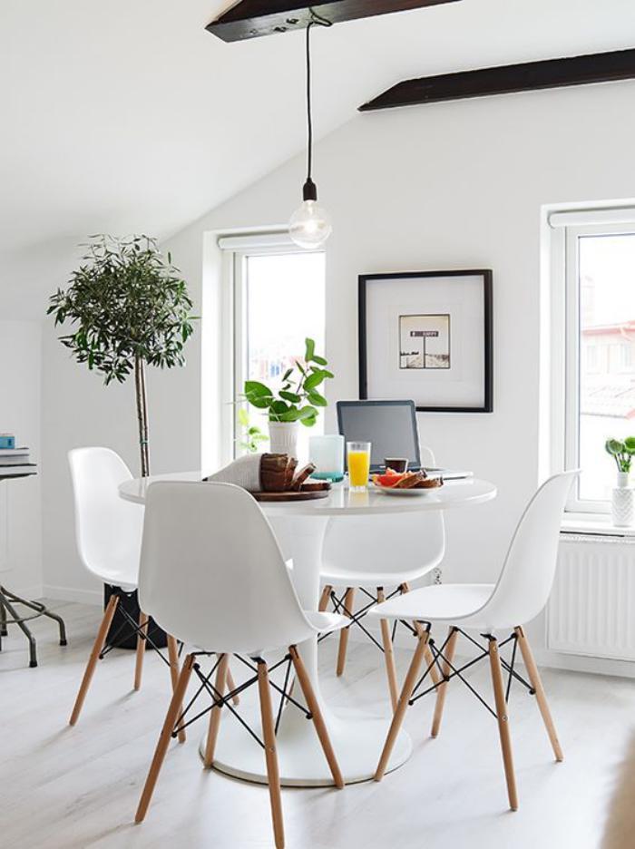 salle-à-manger-scandinave-chaises-scandinaves-autour-d'une-table-tulipe-blanche