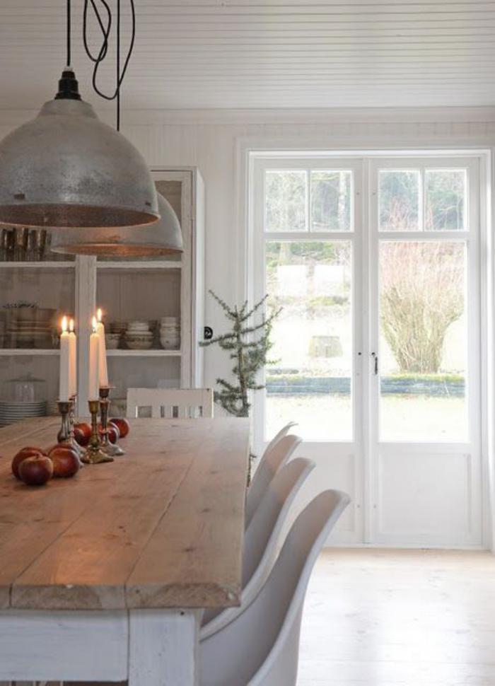 salle-à-manger-scandinave-grandes-lampes-design-industriel-table-bois-scandinave