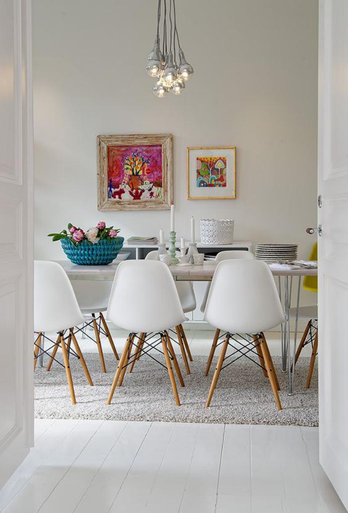 salle-à-manger-scandinave-panier-tressé-bleu-et-beaux-tableaux-peintures
