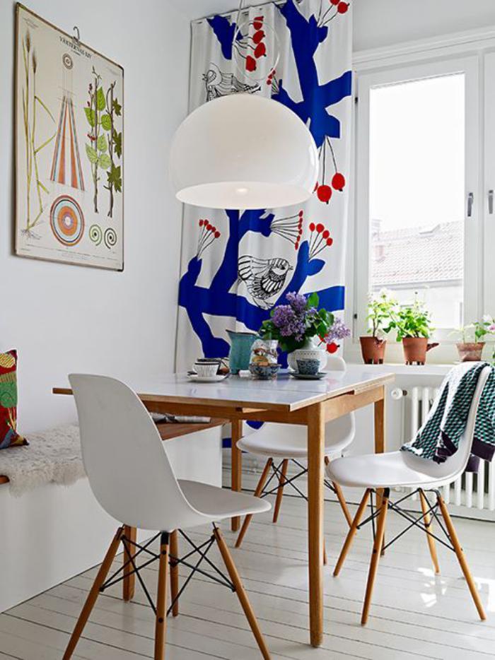 salle-à-manger-scandinave-rideau-original-et-plusieurs-plantes-vertes