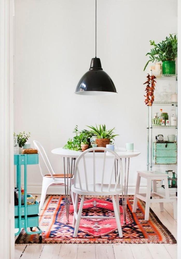 salle-à-manger-scandinave-suspension-noire-industrielle-petite-table-ronde