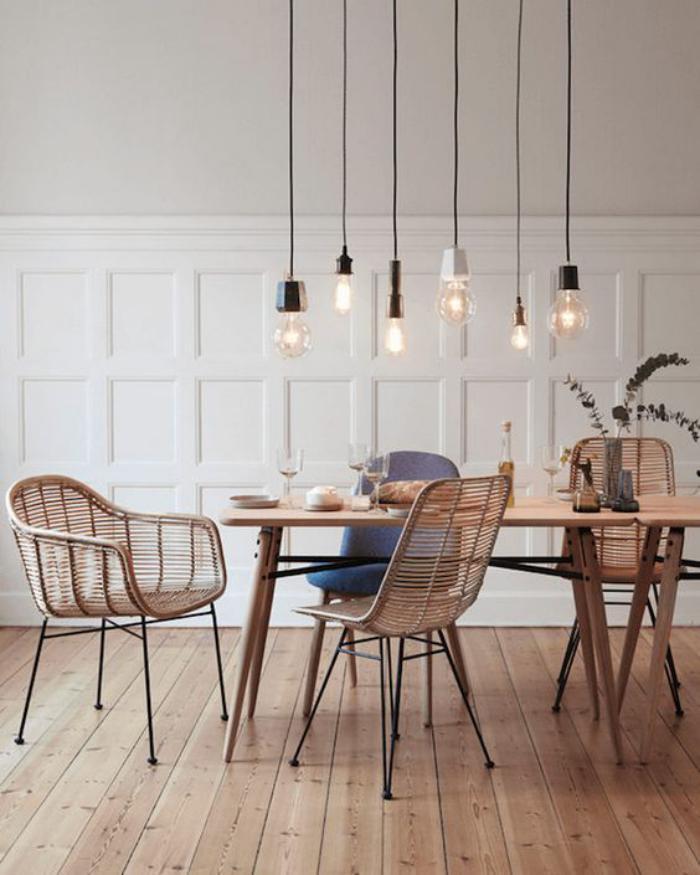 salle-à-manger-scandinave-suspensions-ampoules-sol-en-planches-de-bois