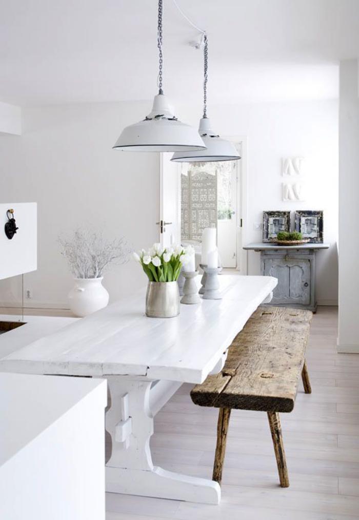 salle-à-manger-scandinave-suspensions-industrielles-et-banquette-design-brut