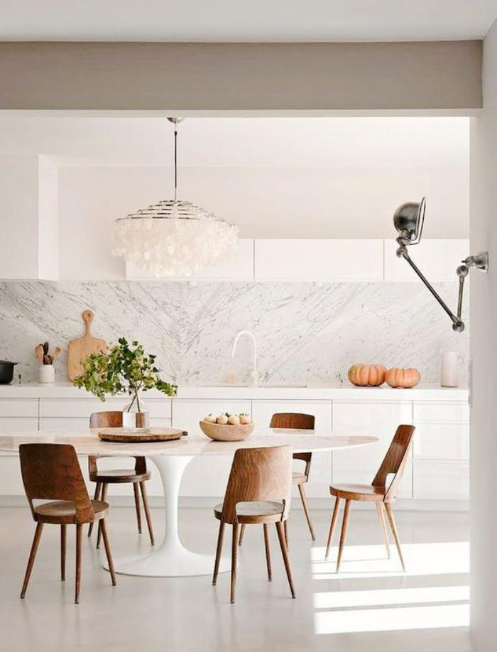 salle-à-manger-scandinave-table-blanche-ovale-chaises-cuisine-style-scandinave