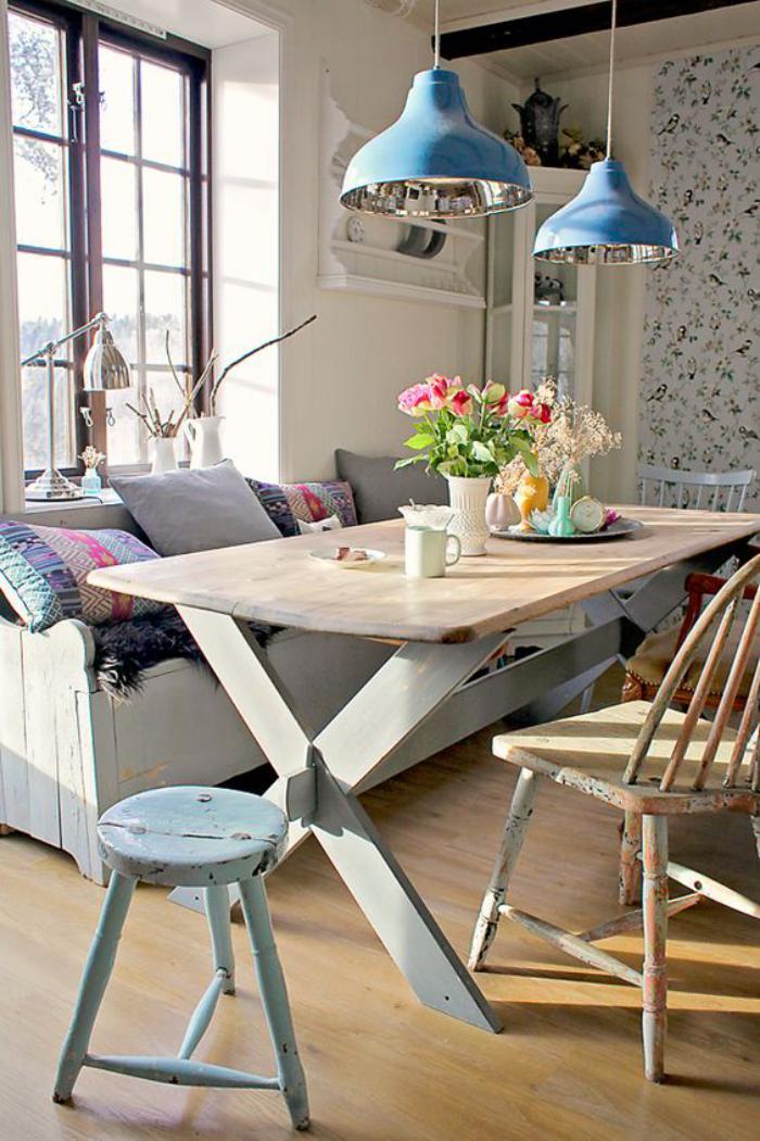 salle-à-manger-scandinave-table-bois-design-scandinave-et-suspensions-bleues-industrielles