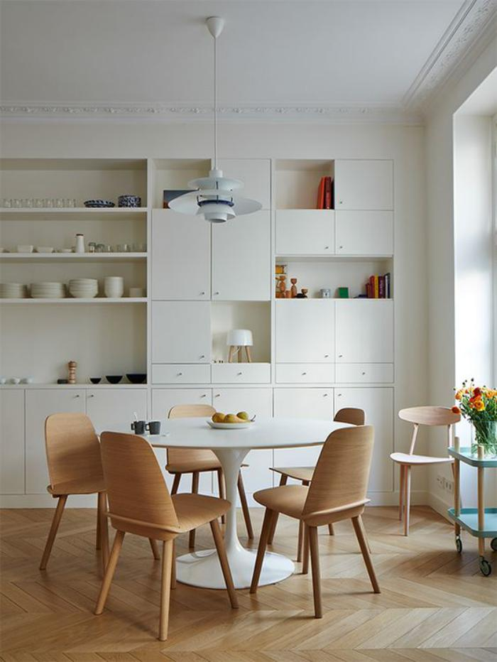 salle-à-manger-scandinave-table-tulipe-chaises-design-scandinave