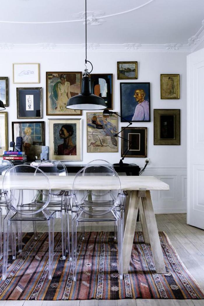 salle-à-manger-scandinave-tapis-ethnique-et-pluieurs-tableaux-artistiques