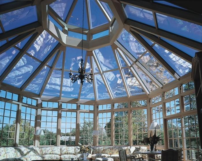 somptueuse-veranda-style-victorien-en-blanc-modele-de-veranda-en-bois-très-lumineuse-aménagement-vintage-en-harmonie-avec-la-veranda-ancienne