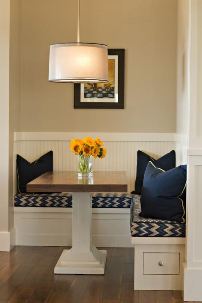 table-avec-banquette-banquette-de-table-et-petite-table-carrée