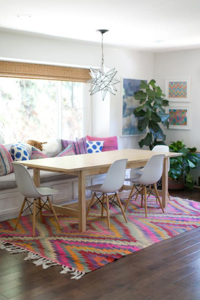 table-avec-banquette-banquette-repas-tapis-multicolore
