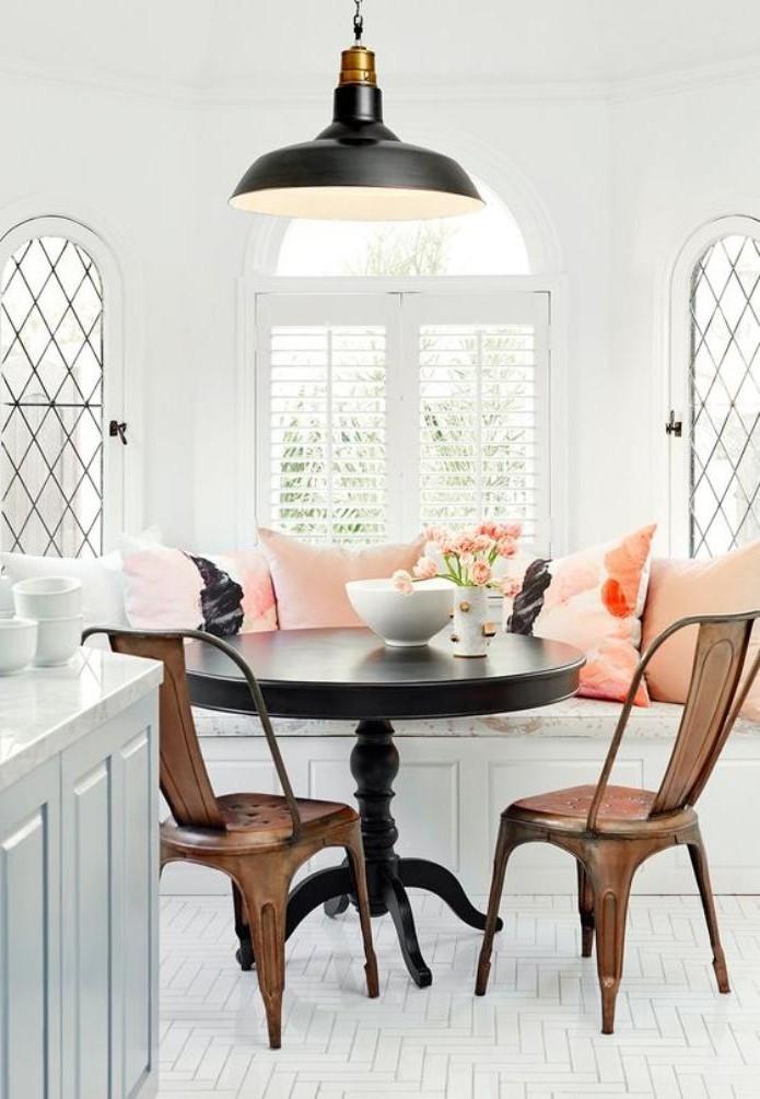 table-avec-banquette-coin-repas-cosy-avec-banquette-et-chaises-industrielles