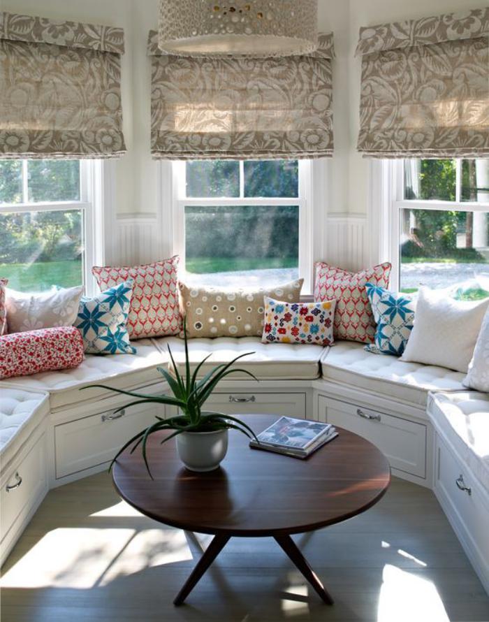 table-avec-banquette-coin-repas-cosy-sous-les-fenêtres