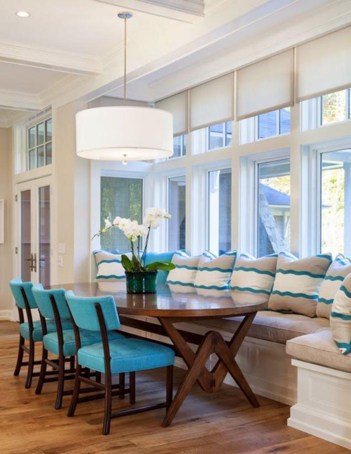 table-avec-banquette-grande-table-ovale-et-chaises-en-bois-et-textile