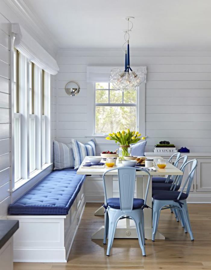 table-avec-banquette-jolie-table-à-manger-avec-chaises-tolix-bleues