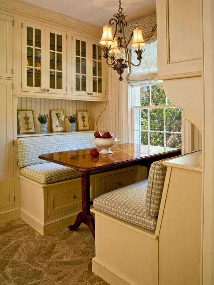 table-avec-banquette-un-coin-repas-cosy-près-de-la-fenêtre