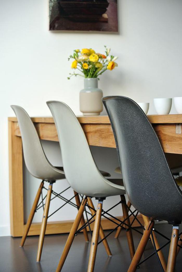 table-de-salle-à-manger-bois-avec-chaises-grises