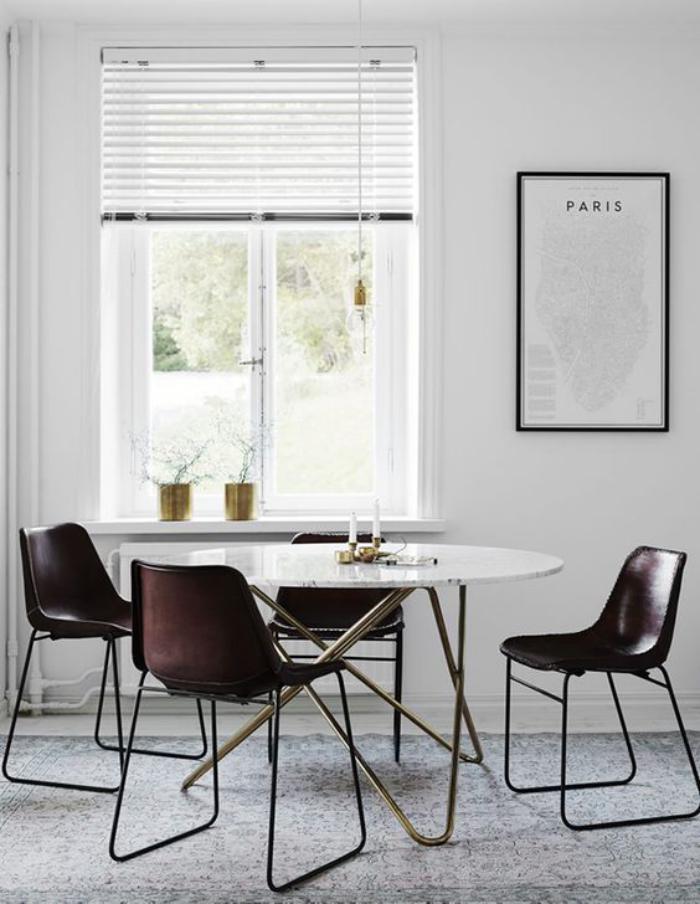 table-de-salle-à-manger-design-et-chaises-en-cuir