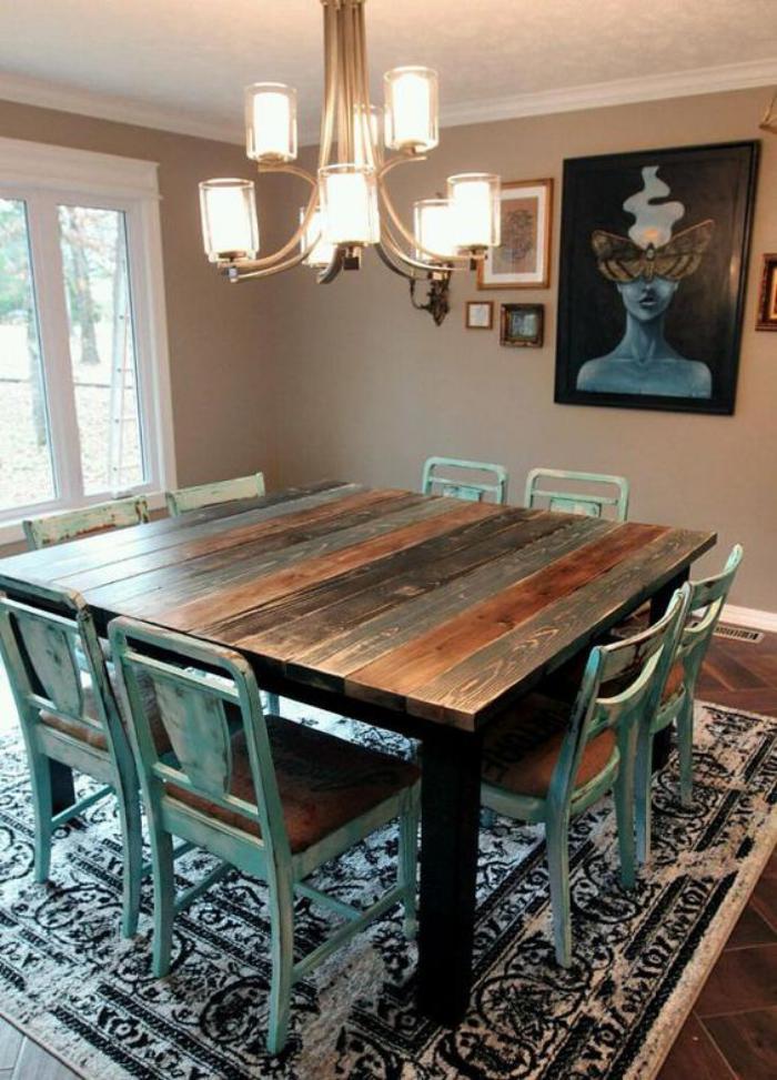 table-de-salle-à-manger-grande-table-carrée-avec-des-chaises-vintages