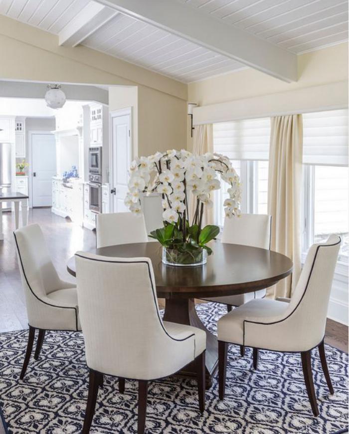 table-de-salle-à-manger-ronde-chaises-élégantes