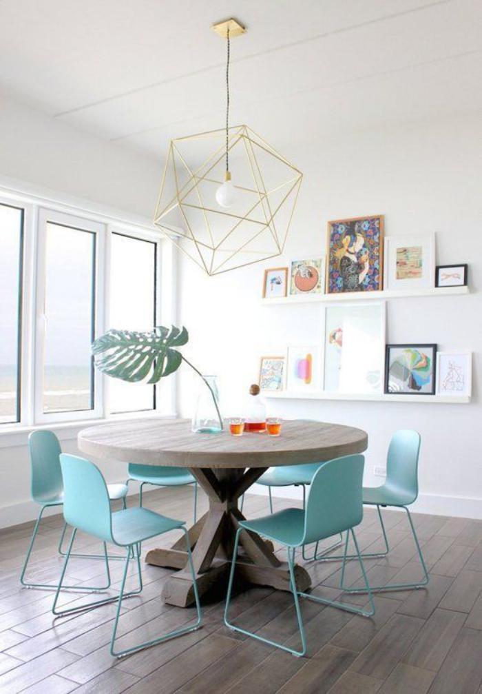 table-de-salle-à-manger-ronde-et-chaises-design-turquoises