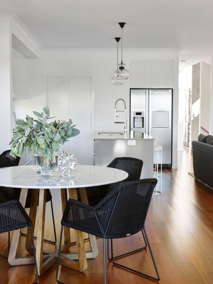 table-de-salle-à-manger-table-blanche-ronde-et-chaises-noires